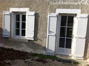 Fenêtres d'une maison à Charroux
