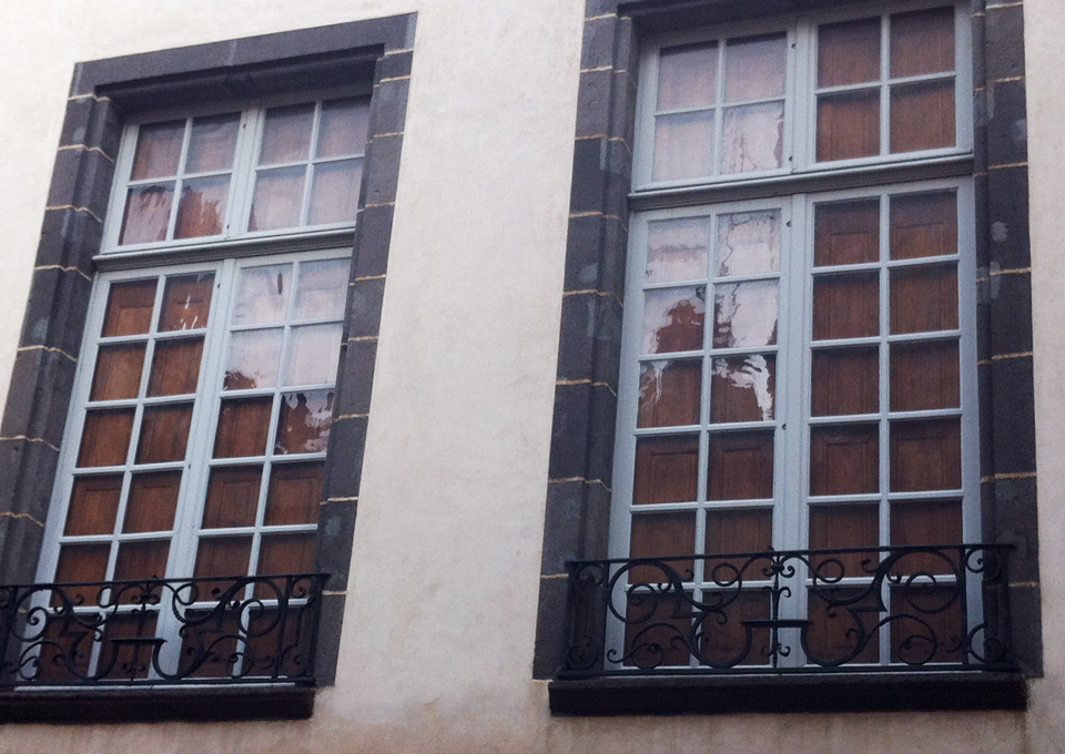 Fenêtres en bois peintes en blanc
